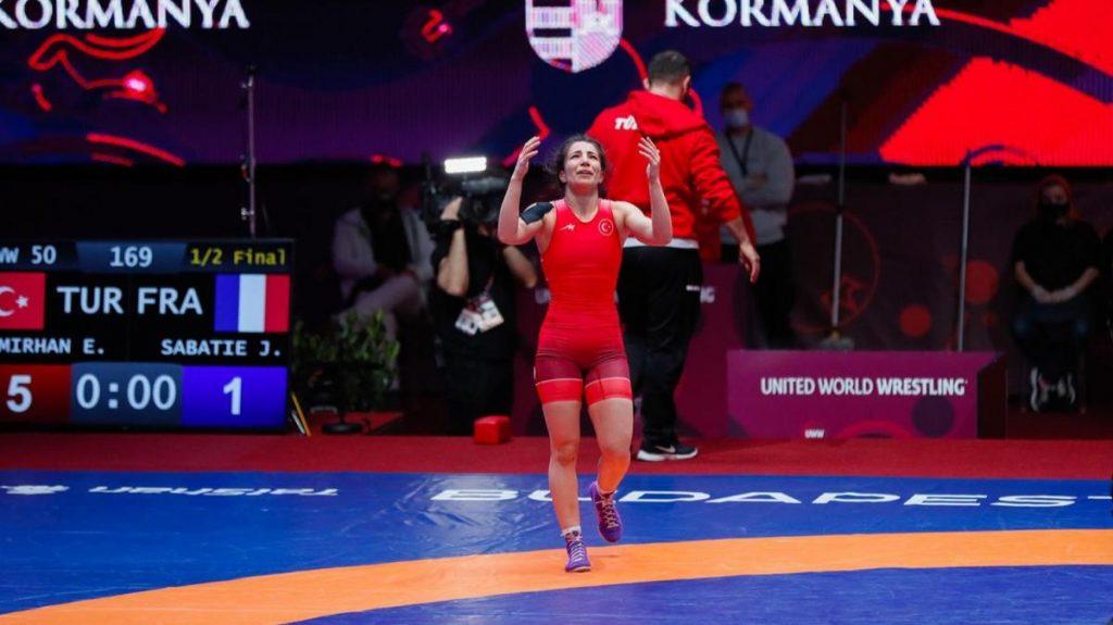 Evin Demirhan finale yükseldi! Güreşte olimpiyat kotası 7'ye yükseldi